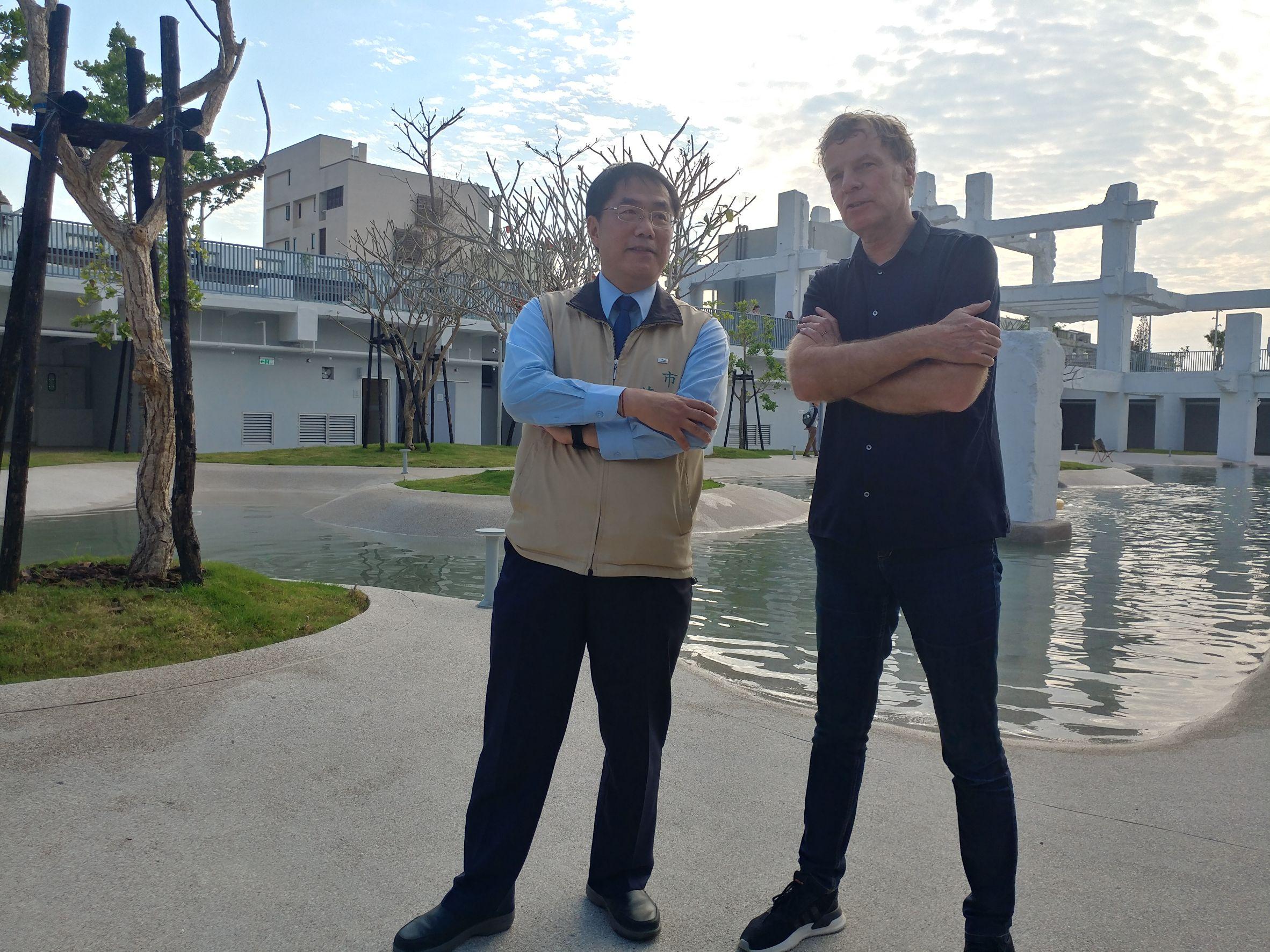 黃偉哲市長聆聽荷蘭MVRDV建築鬼才Winy Maas導覽