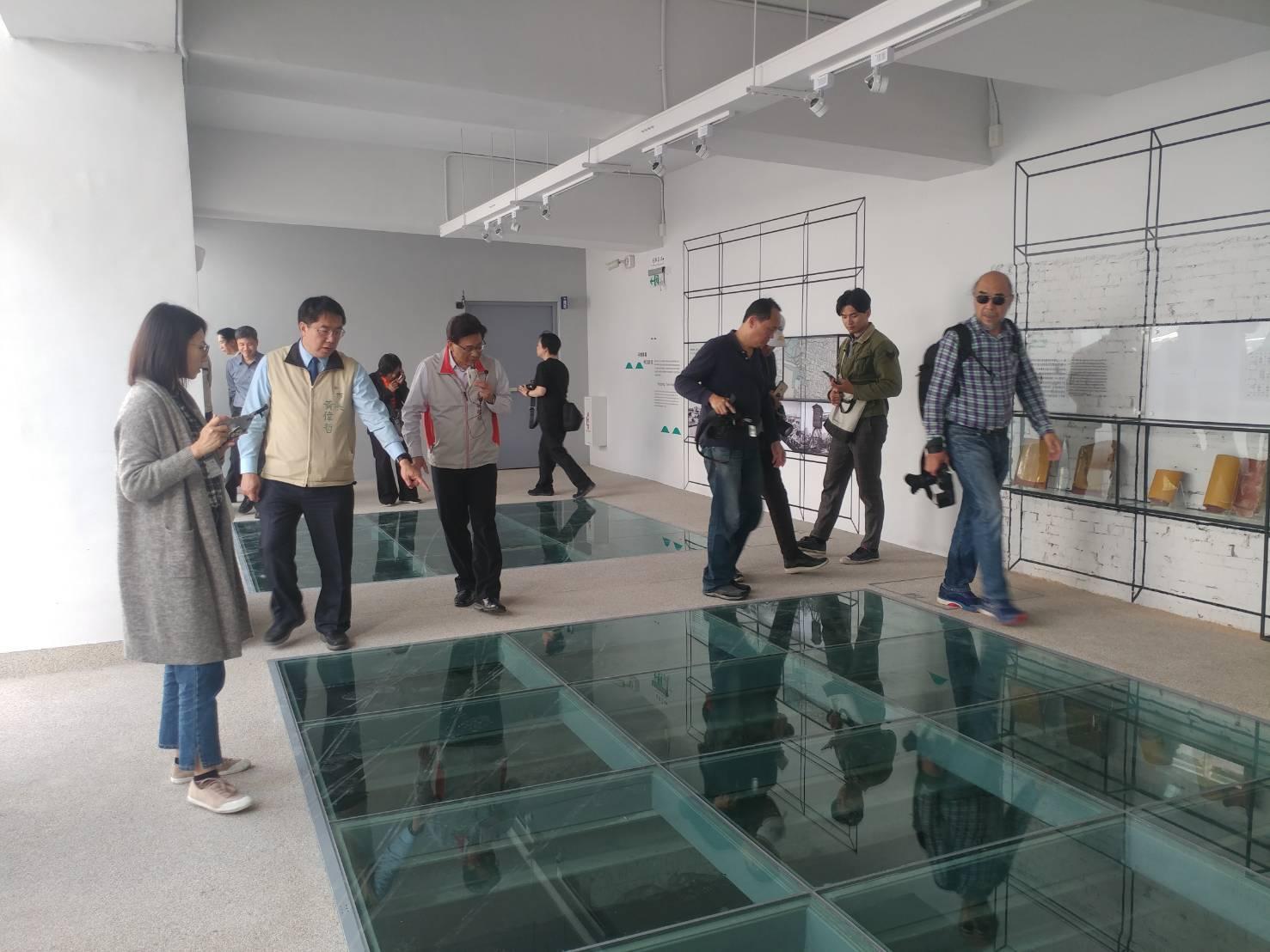 黃偉哲市長向媒體導覽河樂廣場遺構回填展示區