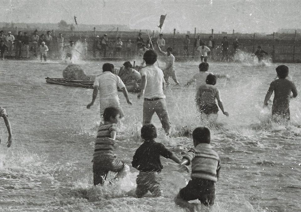 照片提供 | 詹瑞惠,文字說明 | 舊運河河道淤積成沙洲,另闢新港口,而舊有運河河道辦理民眾可以抓魚捉蝦活動。